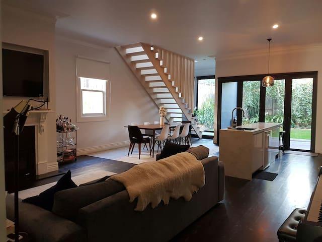 Designer Victorian Retreat - Essendon - Rumah