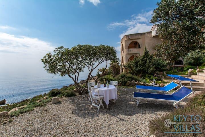 Stunning 4 beds, villa facing the sea,garden,bbq