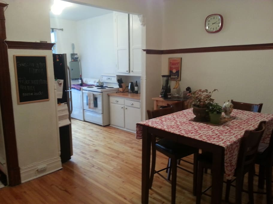 grand salle à manger  et cuisine avec porte pation. Très éclairé