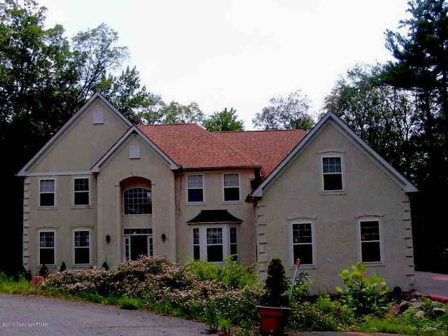 Luxury Lakefront home in Poconos ideally located