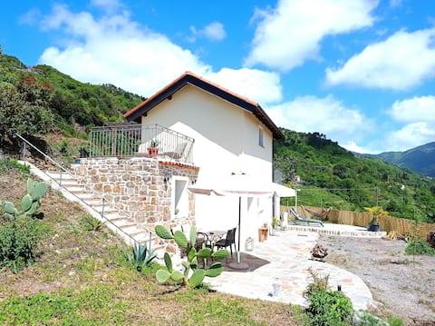 Sjarmerende frittstående hytte som ligger i Liguria