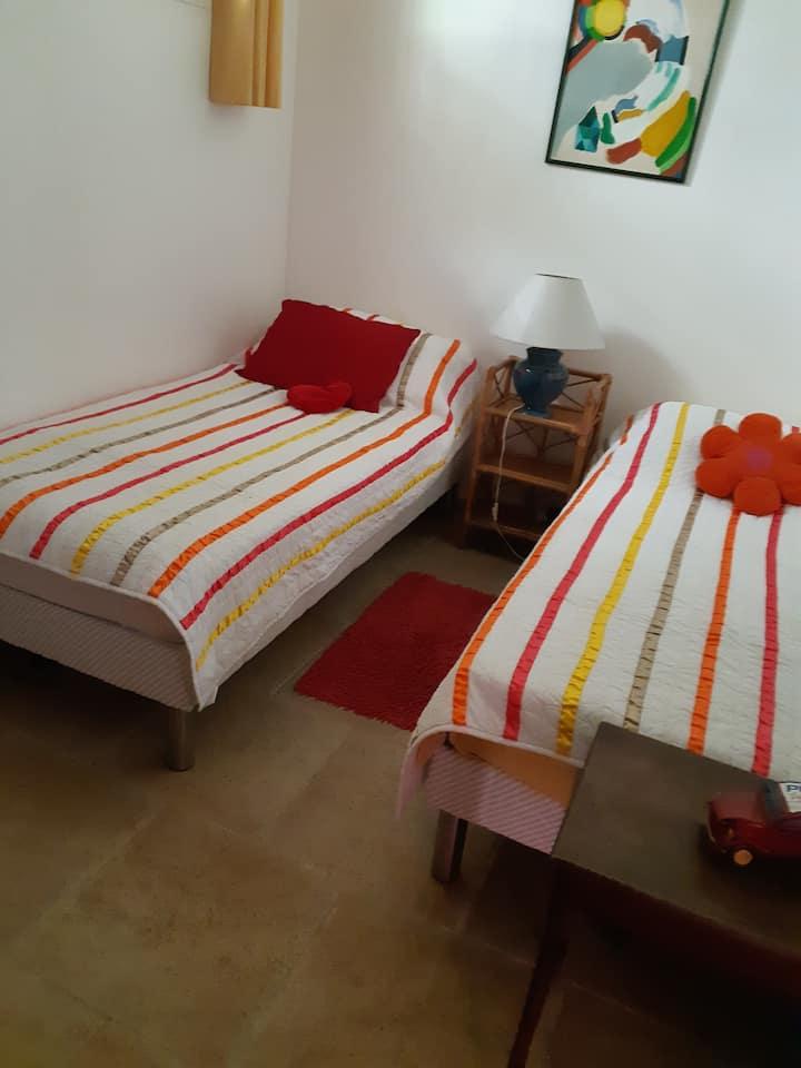 Jolie petite chambre dans maison avec piscine