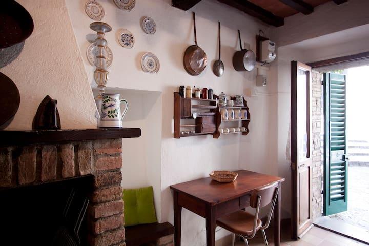 dettaglio cucina e porta d'ingresso