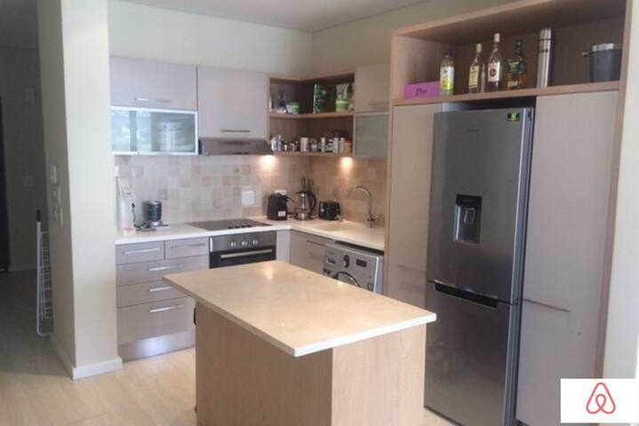 Full kitted kitchen with island