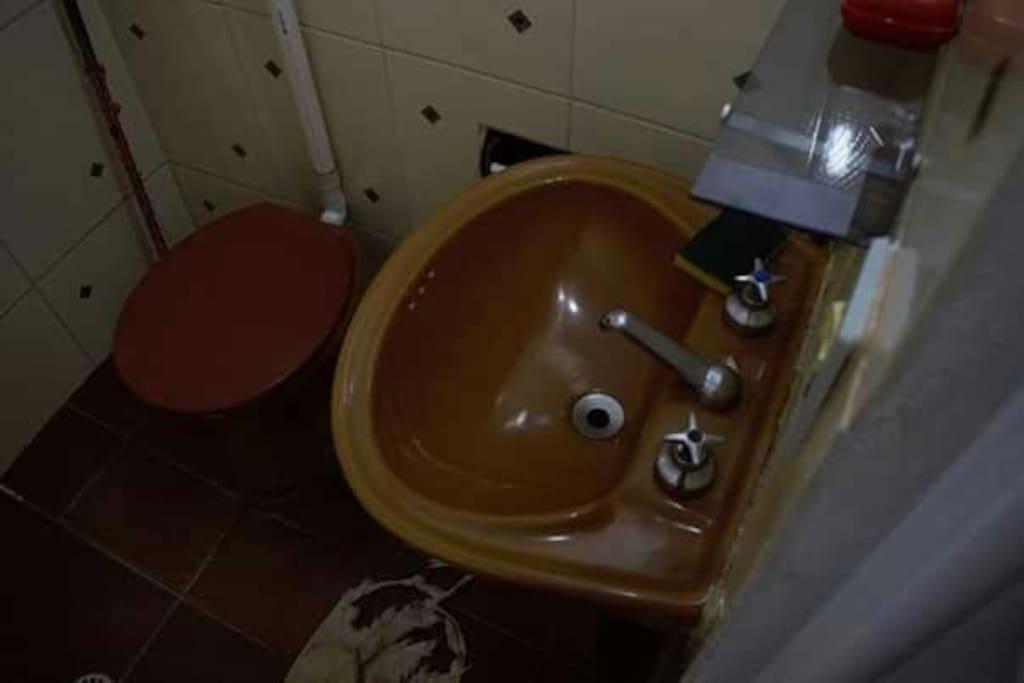 O banheiro é muito limpo e seguro, mas não é muito espaçoso nem exclusivo, podendo ser compartilhado com o hóspede do quarto ao lado.