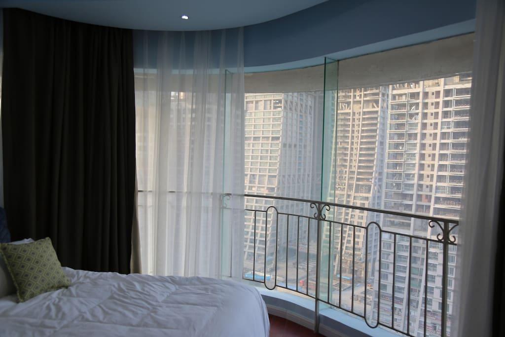 圆弧型全景落地玻璃窗的主卧…躺下就能看江景和游船