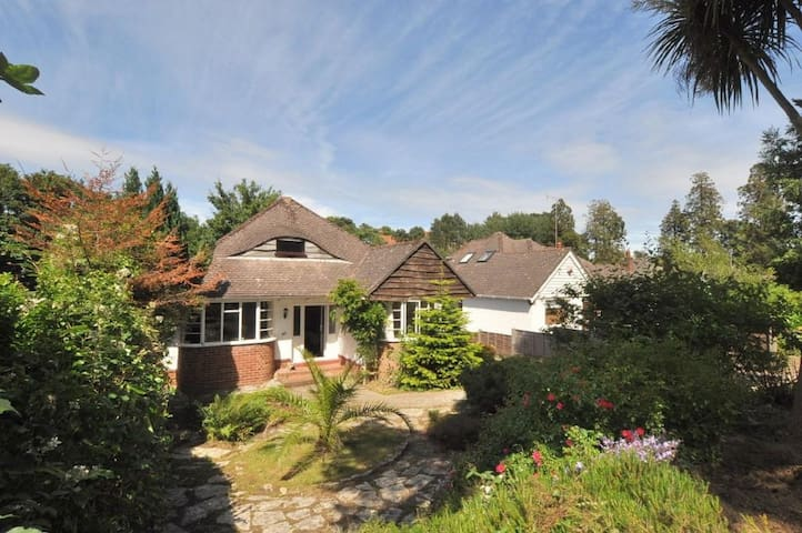 Detached house, hot tub, near beach - Bournemouth - Hus