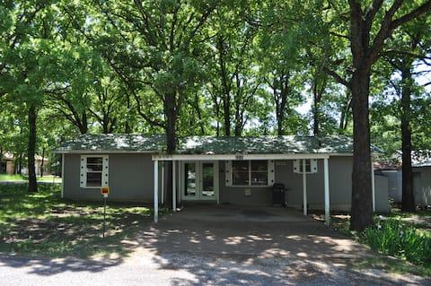 Shady Sherwood Oaks Lodge at Lake Texoma