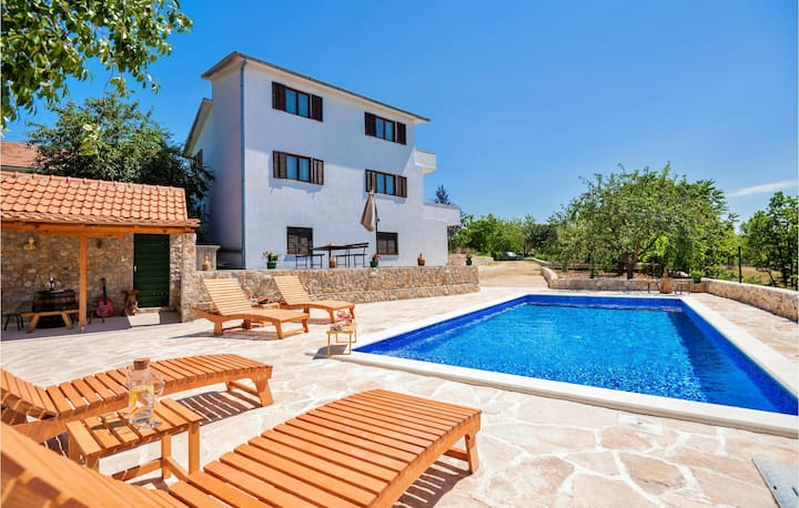 Nice home in Gornji Vinjani with Outdoor swimming pool, WiFi and 4 Bedrooms