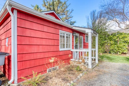 Charming cottage w/ocean views, gas fireplace, and gas grill - walk to the beach