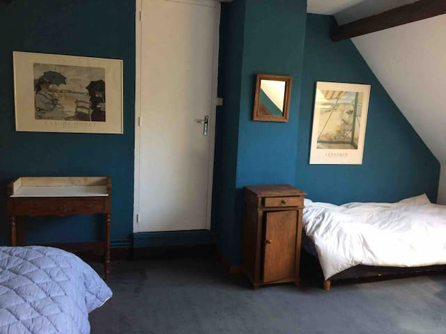 Chambre fermée avec un lit double et 1 lit simple