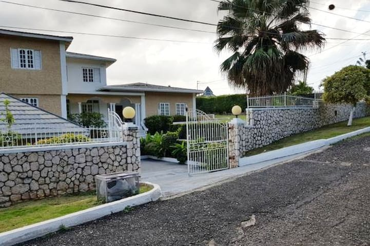 Centrally Located Upscale Kingston Villa in Uptown