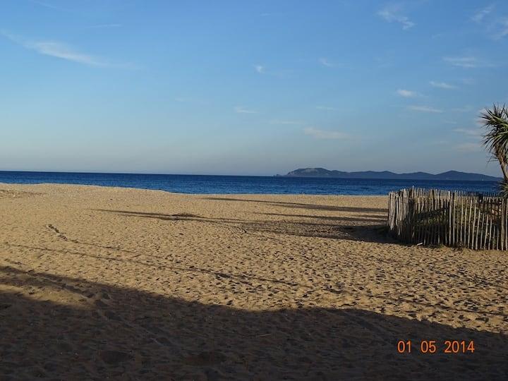 VILLA  HYERES     50m de la plage  -  6 couchages