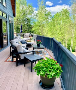 RE53: GORGEOUS DECK, HOT TUB AND AC!!!  Beautifully decorated home next to the slopes of Bretton Woods with amazing views of Mount Washington! Free shuttle, wifi, easy parking. Walk to slopes and swimming. PROFESSIONALLY MANAGED!