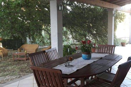 Villa bifamiliare a 1,5 km dal mare - シニスコーラ - 別荘