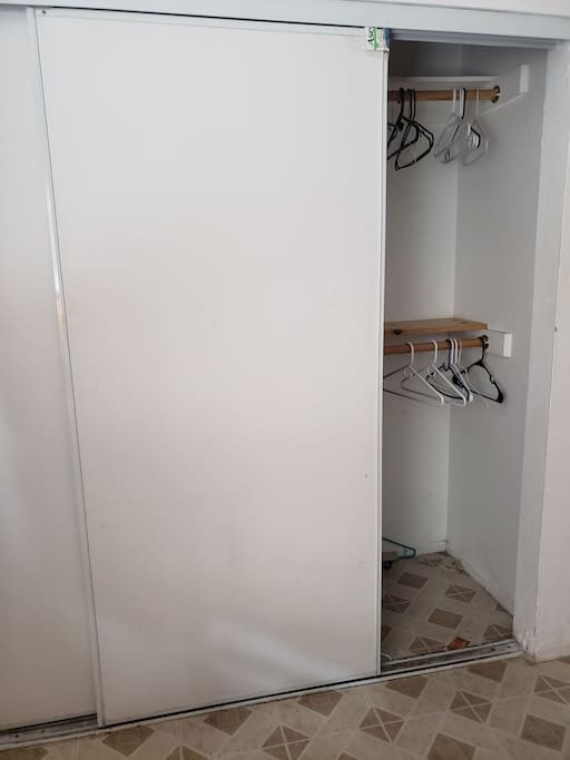 Amplio closet ( guarda ropa )