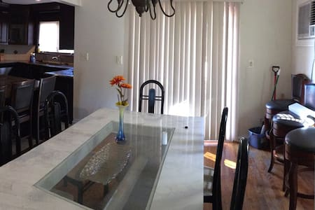 Beautiful three bedroom luxury home furnished! - Valley Stream - Casa