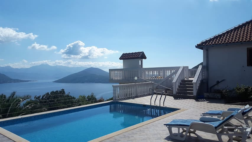Villa Tiana - 3 bedrooms, pool, stunning views