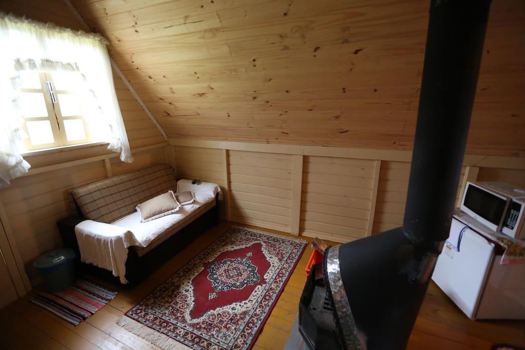 Sala com sofá-cama e lareira