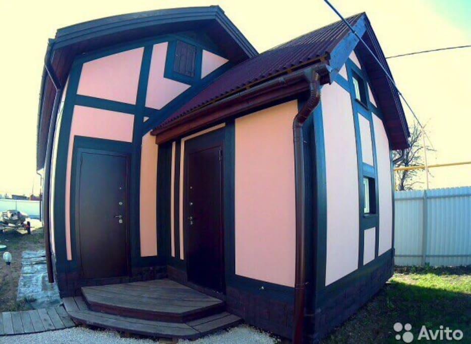 Entrance to the living room and garage of 70 square meters with a stereo installation. Вход в гостиный домик и гараж 70 кВ метров со стерео установкой.