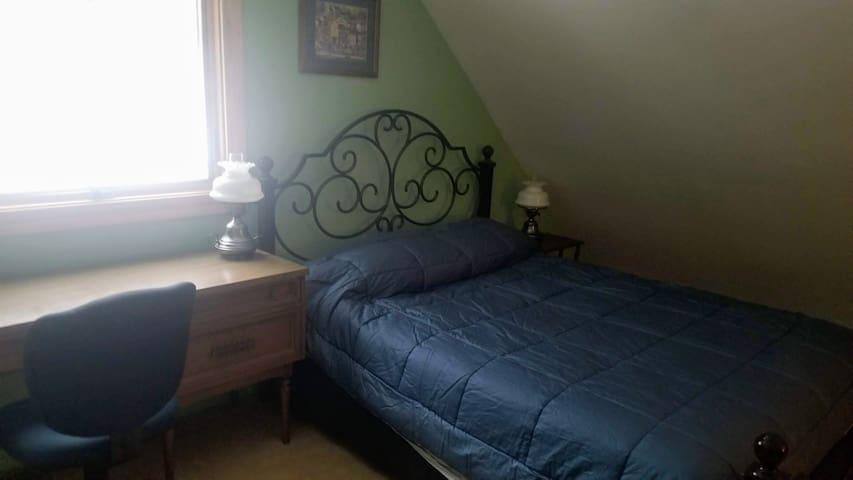 2nd Floor Queen - Boston Room