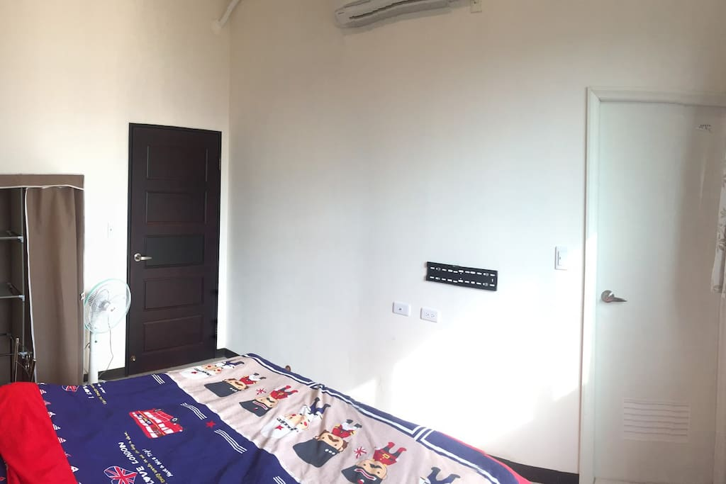 雙人套房 (雙人床、化妝檯、衣櫥、窗簾、分離式冷氣、風扇、小茶几)