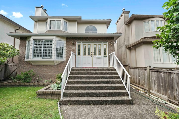 Spacious 4Bed Home - Famous Cherry Blossom Street!