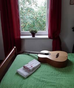 """Zimmer""""1"""" +schöner Gartenbereich u. Küchennutzung."""