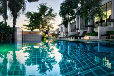 A relaxing and quiet 15 meter pool.