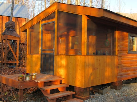 tiny2 b&b--cozy trapper cabin