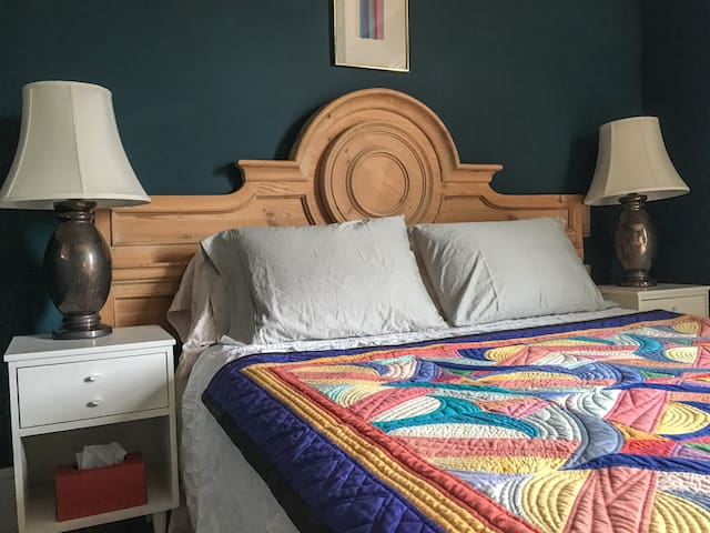 Cozy Queen Bedroom/Balcony in Arts District - Χάμιλτον