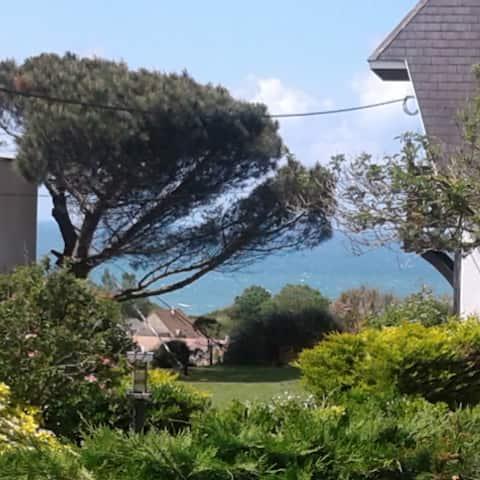 Moderna casa junto al mar y bonitas vistas al mar