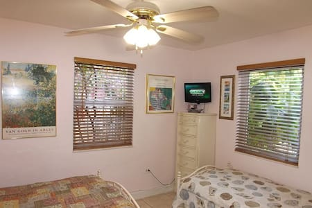 Room by airport with free pick-up/drop-off - Miami