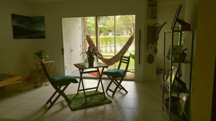 Bright Cozy Pool Garden View Apt - Miami - Apartment