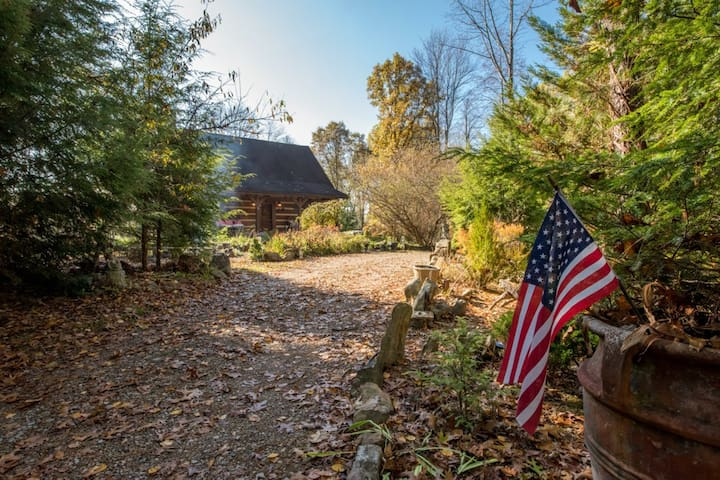 Pet-Friendly cabin in the heart of Hocking Hills.