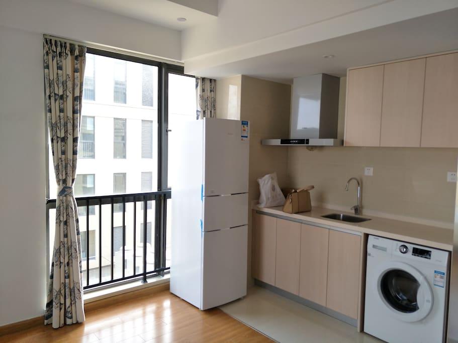 东边落地窗,厨房,冰箱