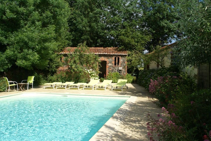 Charming cottage with pool, garden and terrace in the garden of the Vendée