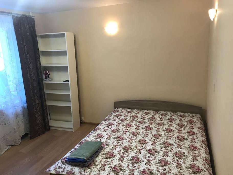 Большая спальня, двуспальная кровать и большой диван