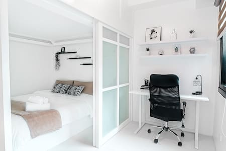 Stylish BGC Studio - Home Office w/ Netflix & WiFi