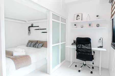 Stylish BGC Studio - Home Office w/ Netflix & WiFi