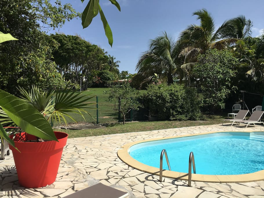 Villa tropicale coco avec piscine houses for rent in for Jardin 800m2