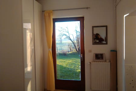 chambre indépendante plein pied sur le jardin - Cuzieu - Ház