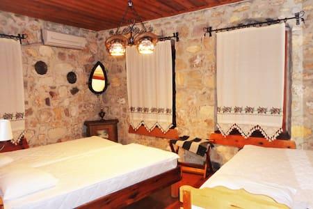 3-MARTI BUTiK HOTEL - A ROOM FOR THREE PERSON - Ayvalık - Bed & Breakfast