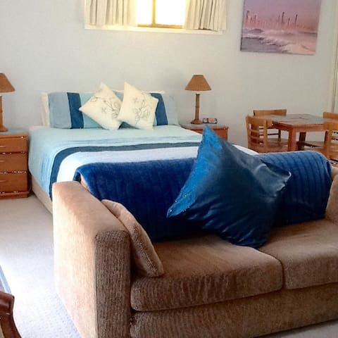 COMFY STAY -  Hotel style - 5 minute walk to beach - Burleigh Waters