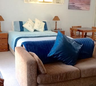 COMFY STAY -  Hotel style - 5 minute walk to beach - Burleigh Waters - Casa