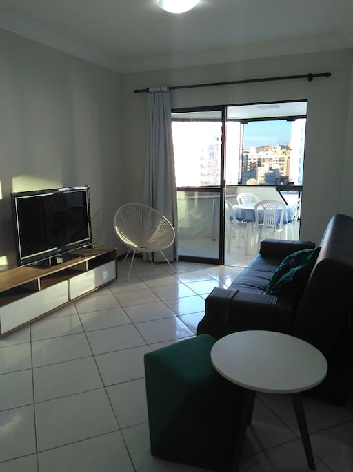Móveis modernos, sala recém decorada, com TV Smart e Wifi.