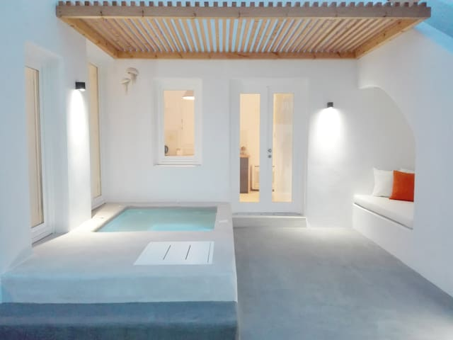 Thiro Suite with outdoor jet tub - Thira