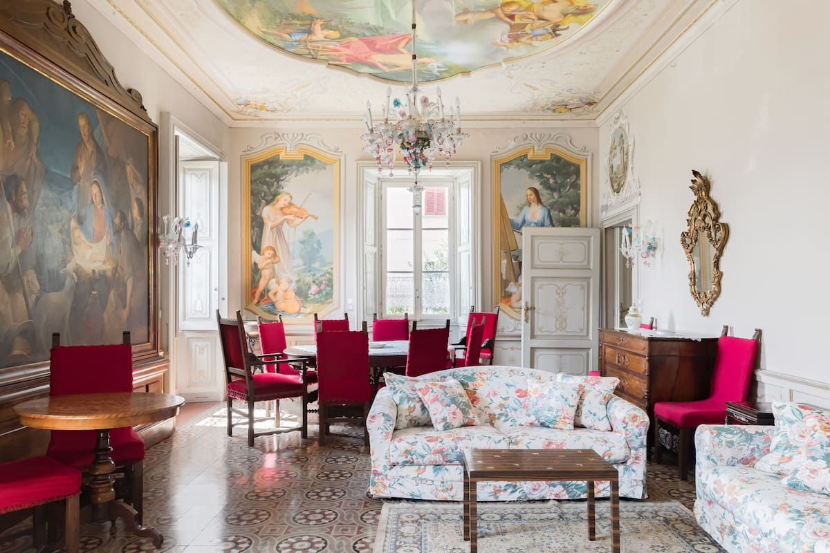 Appartamento con soffitti affrescati in una villa ottocentesca vista lago