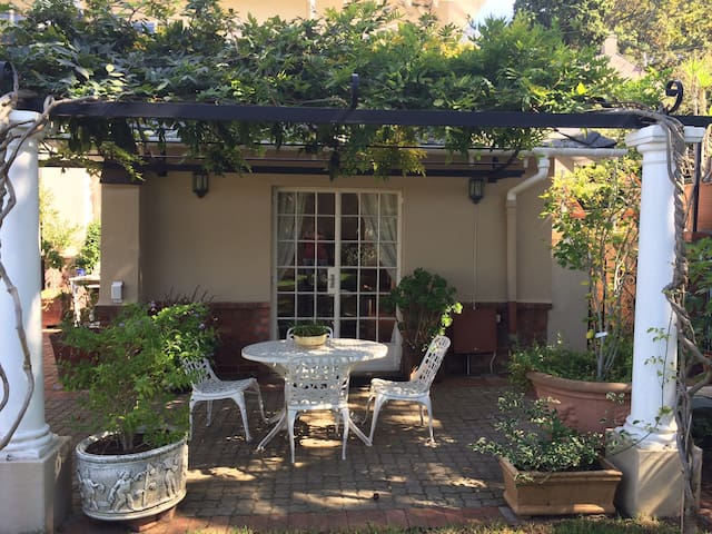 Cozy Garden Cottage on slopes of Table Mountain