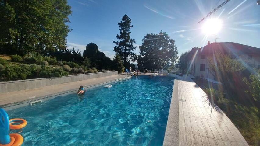 Cascinale con piscina sulle colline di Bra